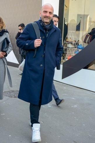 Schwarzen Schal kombinieren: trends 2020: Ein dunkelblauer Mantel und ein schwarzer Schal sind das Outfit Ihrer Wahl für faule Tage. Weiße hohe Sneakers sind eine großartige Wahl, um dieses Outfit zu vervollständigen.