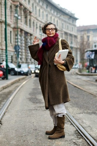 dunkelbrauner Mantel, weiße Chinohose, braune Wildleder mittelalte Stiefel, beige Segeltuch Umhängetasche für Damen