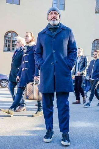 Dunkelgrauen Schal kombinieren: trends 2020: Ein dunkelblauer Mantel und ein dunkelgrauer Schal vermitteln eine sorglose und entspannte Atmosphäre. Dunkelblaue Leder niedrige Sneakers sind eine perfekte Wahl, um dieses Outfit zu vervollständigen.