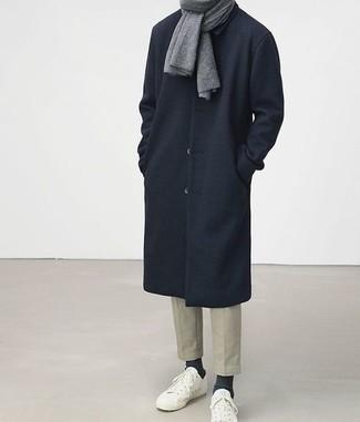 Dunkelblauen Mantel kombinieren: trends 2020: Paaren Sie einen dunkelblauen Mantel mit einer hellbeige Chinohose für Ihren Bürojob. Fühlen Sie sich mutig? Wählen Sie weißen niedrige Sneakers.