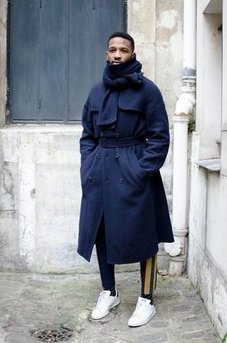 Dunkelblaue bedruckte Chinohose kombinieren: trends 2020: Vereinigen Sie einen dunkelblauen Mantel mit einer dunkelblauen bedruckten Chinohose, um einen modischen Freizeitlook zu kreieren. Fühlen Sie sich mutig? Ergänzen Sie Ihr Outfit mit weißen und schwarzen Leder niedrigen Sneakers.