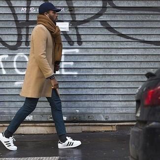 Niedrige Sneakers kombinieren: trends 2020: Kombinieren Sie einen camel Mantel mit einer dunkelblauen Chinohose für Drinks nach der Arbeit. Wenn Sie nicht durch und durch formal auftreten möchten, ergänzen Sie Ihr Outfit mit niedrigen Sneakers.