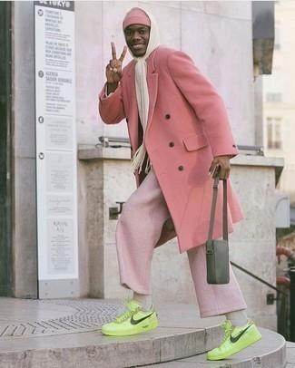 Herren Outfits 2020: Kombinieren Sie einen rosa Mantel mit einer rosa Chinohose, wenn Sie einen gepflegten und stylischen Look wollen. Suchen Sie nach leichtem Schuhwerk? Wählen Sie gelbgrünen Leder niedrige Sneakers für den Tag.