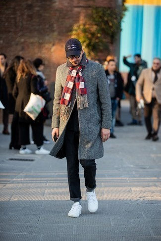 Dunkelgraue Chinohose kombinieren – 500+ Herren Outfits kalt Wetter: Paaren Sie einen grauen Mantel mit Fischgrätenmuster mit einer dunkelgrauen Chinohose, um einen modischen Freizeitlook zu kreieren. Fühlen Sie sich mutig? Vervollständigen Sie Ihr Outfit mit weißen Segeltuch niedrigen Sneakers.