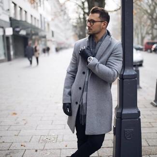 Wie kombinieren: grauer Mantel, schwarze Chinohose, grauer Schal mit Karomuster, schwarze Lederhandschuhe