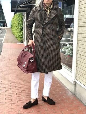 Wie kombinieren: dunkelbrauner Mantel mit Vichy-Muster, weiße Chinohose, dunkelbraune Wildleder Slipper mit Quasten, rote Leder Umhängetasche