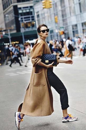 Wie kombinieren: beige Mantel, schwarze Chinohose, dunkelblaue und weiße Sportschuhe, schwarze gesteppte Leder Umhängetasche