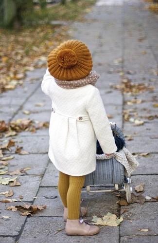Wie kombinieren: weißer Mantel, hellbeige Chukka-Stiefel, senf Barett, hellbeige Schal
