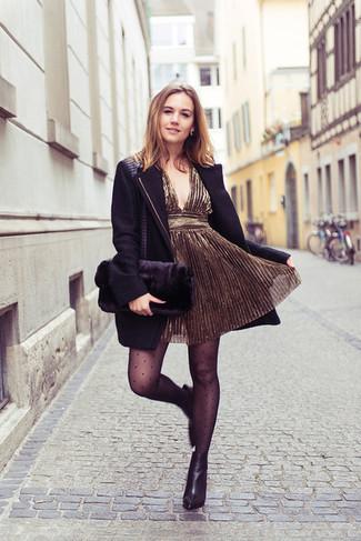 Wie kombinieren: schwarzer Mantel, goldenes Cocktailkleid, schwarze Leder Stiefeletten, schwarze Pelz Clutch