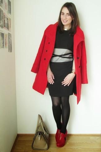 Kombinieren Sie ein Schwarzes Cocktailkleid mit einem Schwarzen Cocktailkleid für Drinks nach der Arbeit. Komplettieren Sie Ihr Outfit mit Roten Leder Stiefeletten mit Ausschnitten.