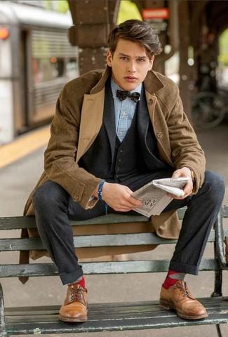 Wie kombinieren: brauner Mantel mit Karomuster, dunkelgrauer Wolldreiteiler, weißes und blaues vertikal gestreiftes Businesshemd, braune Leder Derby Schuhe