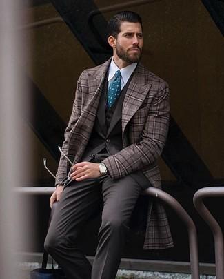 Wie kombinieren: brauner Mantel mit Karomuster, dunkelbrauner Dreiteiler, weißes Businesshemd, dunkeltürkise gepunktete Krawatte