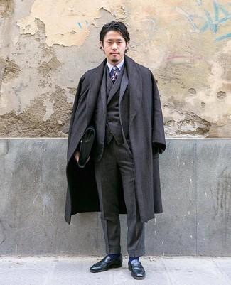 Wie kombinieren: dunkelgrauer Mantel mit Fischgrätenmuster, dunkelgrauer Dreiteiler, hellblaues Businesshemd, schwarze Leder Slipper