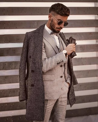 Wie kombinieren: grauer Mantel mit Fischgrätenmuster, grauer Dreiteiler, weißes Businesshemd, graue Fliege
