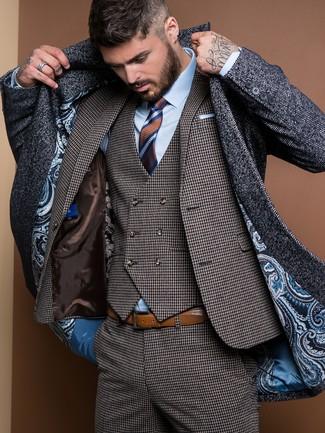 dunkelgrauer Mantel mit Fischgrätenmuster, dunkelgrauer Dreiteiler mit Hahnentritt-Muster, hellblaues Businesshemd, braune horizontal gestreifte Krawatte für Herren