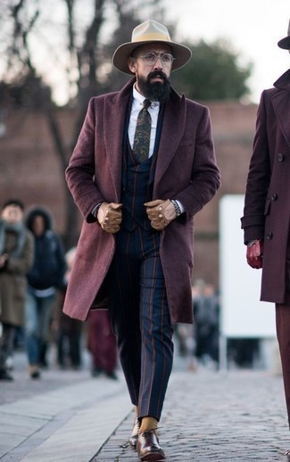 Braune Leder Oxford Schuhe kombinieren für Herbst: trends 2020: Etwas Einfaches wie die Wahl von einem dunkelroten Mantel und einem dunkelblauen vertikal gestreiften Dreiteiler kann Sie von der Menge abheben. Braune Leder Oxford Schuhe sind eine perfekte Wahl, um dieses Outfit zu vervollständigen. Ein trendiges Outfit für die Übergangszeit.
