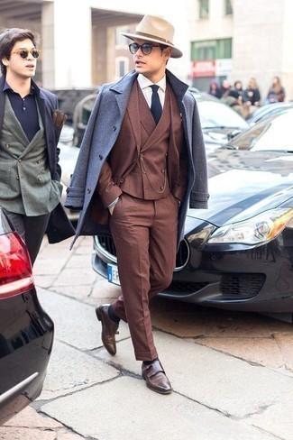 Dunkelbraune Doppelmonks aus Leder kombinieren: trends 2020: Tragen Sie einen hellblauen Mantel und einen braunen Dreiteiler für einen stilvollen, eleganten Look. Fühlen Sie sich mutig? Entscheiden Sie sich für dunkelbraunen Doppelmonks aus Leder.