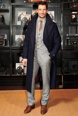 Grauen Dreiteiler kombinieren: trends 2020: Vereinigen Sie einen grauen Dreiteiler mit einem dunkelblauen Mantel für eine klassischen und verfeinerte Silhouette. Fühlen Sie sich mutig? Vervollständigen Sie Ihr Outfit mit braunen Doppelmonks aus Leder.