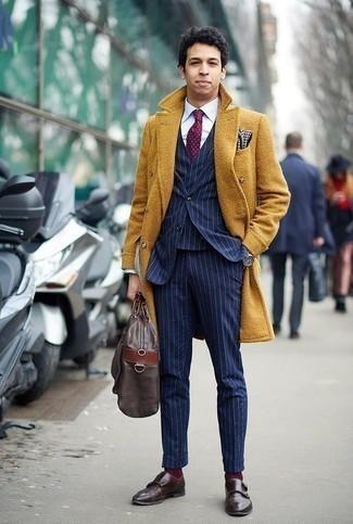 Dunkelrote gepunktete Krawatte kombinieren: trends 2020: Geben Sie den bestmöglichen Look ab in einem senf Mantel und einer dunkelroten gepunkteten Krawatte. Fühlen Sie sich ideenreich? Komplettieren Sie Ihr Outfit mit dunkelbraunen Doppelmonks aus Leder.