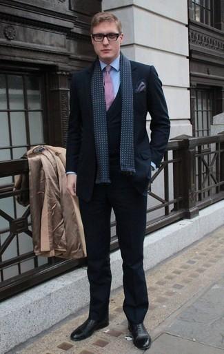 Schwarze Leder Oxford Schuhe kombinieren: trends 2020: Vereinigen Sie einen camel Mantel mit einem dunkelblauen Dreiteiler für eine klassischen und verfeinerte Silhouette. Komplettieren Sie Ihr Outfit mit schwarzen Leder Oxford Schuhen.