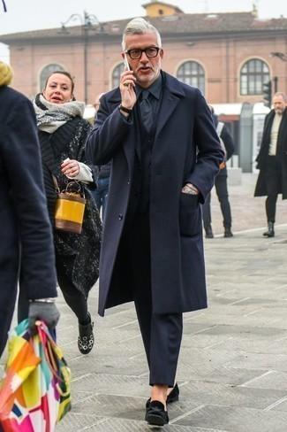 Schwarze Samt Slipper kombinieren – 78 Herren Outfits: Geben Sie den bestmöglichen Look ab in einem dunkelblauen Mantel und einem dunkelblauen Dreiteiler. Wenn Sie nicht durch und durch formal auftreten möchten, ergänzen Sie Ihr Outfit mit schwarzen Samt Slippern.