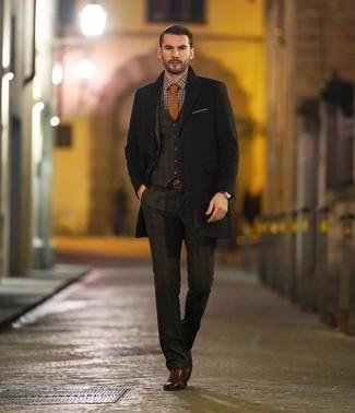 Dunkelroten geflochtenen Ledergürtel kombinieren – 13 Herren Outfits: Kombinieren Sie einen schwarzen Mantel mit einem dunkelroten geflochtenen Ledergürtel für einen entspannten Wochenend-Look. Komplettieren Sie Ihr Outfit mit braunen Leder Brogues, um Ihr Modebewusstsein zu zeigen.