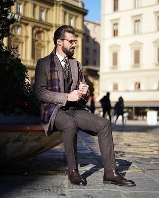 Dunkelbraune Chelsea Boots aus Leder kombinieren – 291 Herren Outfits: Entscheiden Sie sich für einen braunen Mantel mit Fischgrätenmuster und einen dunkelbraunen Dreiteiler für einen stilvollen, eleganten Look. Fühlen Sie sich mutig? Vervollständigen Sie Ihr Outfit mit dunkelbraunen Chelsea Boots aus Leder.