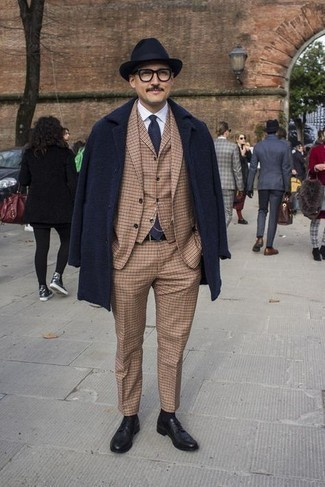 40 Jährige: Weißes Businesshemd kombinieren – 500+ Herren Outfits: Erwägen Sie das Tragen von einem weißen Businesshemd und einem dunkelblauen Mantel, um vor Klasse und Perfektion zu strotzen. Schwarze Leder Derby Schuhe sind eine ideale Wahl, um dieses Outfit zu vervollständigen.