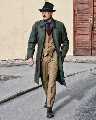 Dunkelrote Krawatte kombinieren: trends 2020: Kombinieren Sie einen dunkelgrünen Mantel mit einer dunkelroten Krawatte für einen stilvollen, eleganten Look. Fühlen Sie sich ideenreich? Ergänzen Sie Ihr Outfit mit dunkelgrünen Brogue Stiefeln aus Leder.