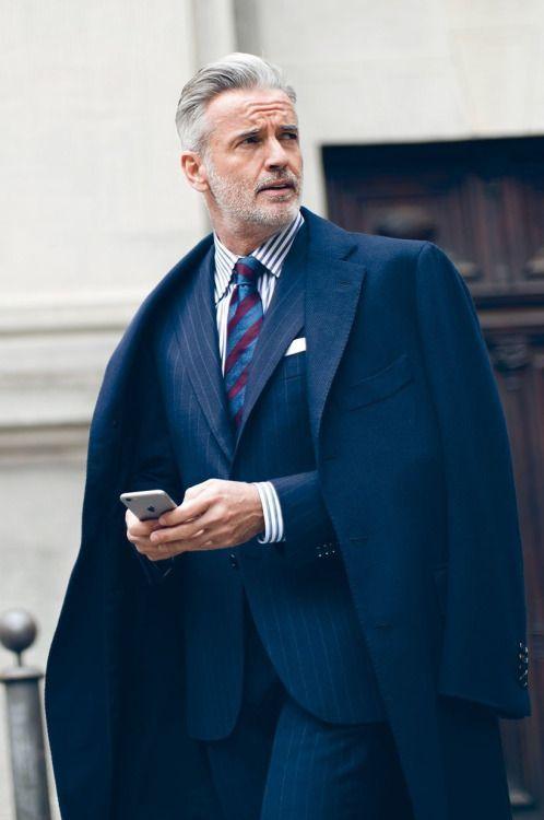 Wie kombinieren  dunkelblauer Mantel, dunkelblauer vertikal gestreifter  Anzug, weißes und dunkelblaues vertikal gestreiftes 46fdefe2b3