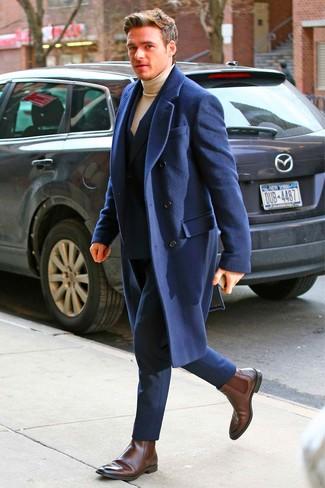 Wie kombinieren: dunkelblauer Mantel, dunkelblauer Anzug, beige Rollkragenpullover, dunkelbraune Chelsea-Stiefel aus Leder