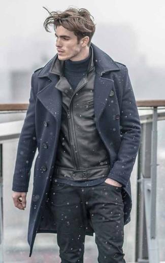 Paaren Sie einen Dunkelblauen Mantel mit Schwarzen Jeans für Drinks nach der Arbeit.