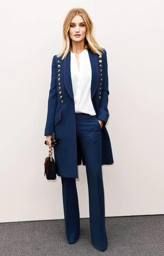 Wie kombinieren: dunkelblauer Mantel, weiße Bluse mit Knöpfen, dunkelblaue Schlaghose, schwarze Leder Umhängetasche