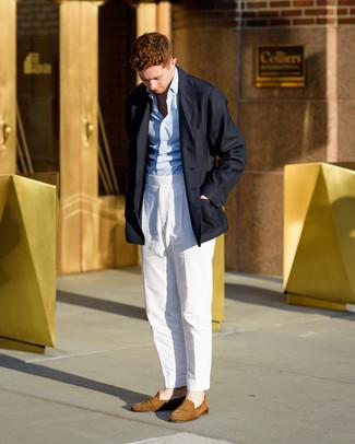 kalt Wetter Outfits Herren 2020: Geben Sie den bestmöglichen Look ab in einem dunkelblauen Mantel und einer weißen Anzughose. Suchen Sie nach leichtem Schuhwerk? Ergänzen Sie Ihr Outfit mit beige Wildleder Slippern für den Tag.