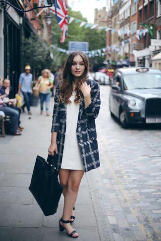 Wie kombinieren: dunkelblauer Mantel mit Karomuster, weißes gerade geschnittenes Kleid, schwarze Leder Sandaletten, schwarze Shopper Tasche aus Leder