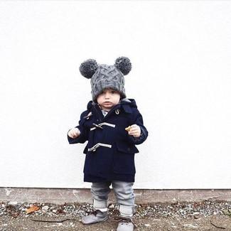 Wie kombinieren: dunkelblauer Mantel, graue Jeans, graue Chukka-Stiefel, graue Mütze