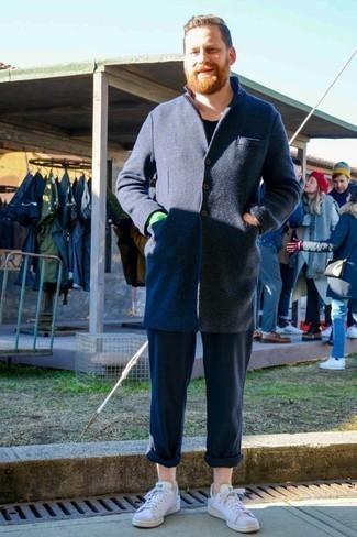 Dunkelblaue Chinohose kombinieren: trends 2020: Kombinieren Sie einen dunkelblauen Mantel mit einer dunkelblauen Chinohose für einen für die Arbeit geeigneten Look. Suchen Sie nach leichtem Schuhwerk? Vervollständigen Sie Ihr Outfit mit weißen Leder niedrigen Sneakers für den Tag.