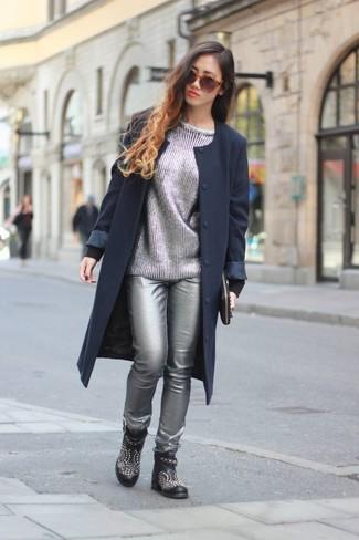 Wie kombinieren: dunkelblauer Mantel, silberner Pullover mit einem Rundhalsausschnitt, silberne enge Hose aus Leder, schwarze beschlagene Leder Stiefeletten