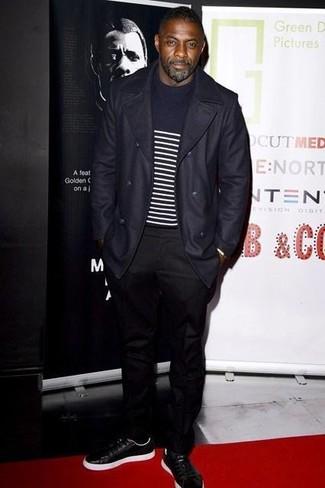 Idris Elba trägt Dunkelblauer Mantel, Dunkelblauer und weißer horizontal gestreifter Pullover mit Rundhalsausschnitt, Schwarze Chinohose, Schwarze Leder Niedrige Sneakers