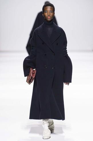 Wie kombinieren: dunkelblauer Mantel, dunkelblauer Strick Rollkragenpullover, weiße kniehohe Stiefel aus Leder, dunkelrote Leder Clutch