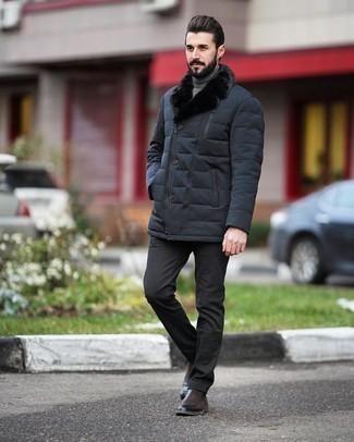 Dunkelbraune Chelsea Boots aus Leder kombinieren – 291 Herren Outfits: Erwägen Sie das Tragen von einem dunkelblauen gesteppten Mantel und einer dunkelgrauen Anzughose für einen stilvollen, eleganten Look. Fühlen Sie sich ideenreich? Komplettieren Sie Ihr Outfit mit dunkelbraunen Chelsea Boots aus Leder.