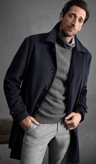 Wie kombinieren: dunkelblauer Mantel, grauer Rollkragenpullover, weißes Langarmhemd, graue Wollanzughose