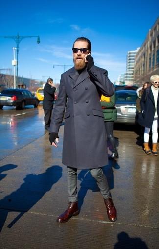 Wie kombinieren: dunkelblauer Mantel, schwarzer Rollkragenpullover, graue Anzughose, dunkelrote Lederfreizeitstiefel