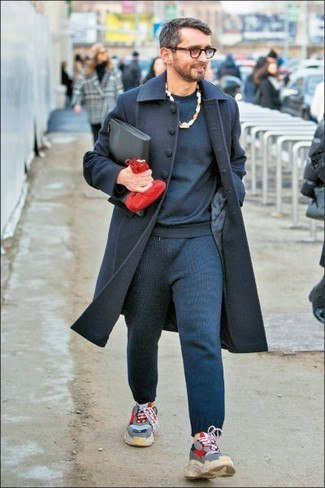 Wie kombinieren: dunkelblauer Mantel, dunkelblaues Sweatshirt, dunkelblaue Jogginghose, graue Sportschuhe