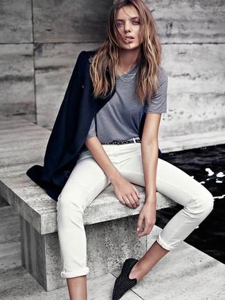 Dunkelblauen Mantel kombinieren – 189 Damen Outfits: Kombinieren Sie einen dunkelblauen Mantel mit einer weißen Chinohose, umeinen entspannten Look zu erhalten, der in der Garderobe der Frau auf keinen Fall fehlen darf. Fühlen Sie sich mutig? Ergänzen Sie Ihr Outfit mit schwarzen beschlagenen Wildleder Slippern.