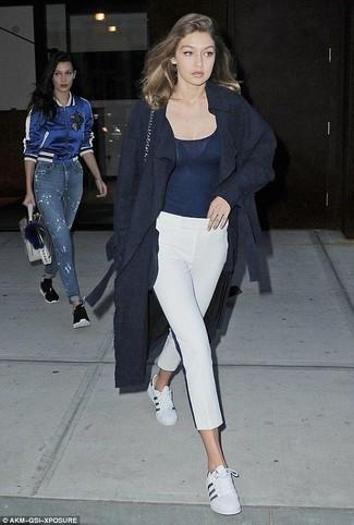 Wie kombinieren: dunkelblauer Mantel, dunkelblaues Trägershirt, weiße Caprihose, weiße Leder niedrige Sneakers