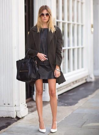Schwarzes gerade geschnittenes Kleid aus Leder kombinieren: trends 2020: Wenn Sie ein klassisches, aber dennoch lässiges Outfit kreieren müssen, macht die Paarung aus einem schwarzen gerade geschnittenem Kleid aus Leder und einem dunkelbraunen Mantel Sinn. Weiße Leder Pumps sind eine gute Wahl, um dieses Outfit zu vervollständigen.