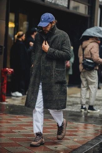 Herren Outfits 2020: Perfektionieren Sie den modischen Freizeitlook mit einem dunkelgrauen Mantel mit Schottenmuster und weißen Jeans. Fühlen Sie sich mutig? Komplettieren Sie Ihr Outfit mit braunen Lederarbeitsstiefeln.