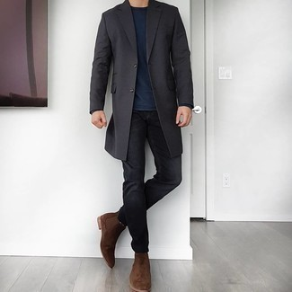 Schwarze Jeans kombinieren – 1200+ Herren Outfits: Kombinieren Sie einen dunkelgrauen Mantel mit schwarzen Jeans, um einen eleganten, aber nicht zu festlichen Look zu kreieren. Dunkelbraune Chelsea Boots aus Wildleder putzen umgehend selbst den bequemsten Look heraus.