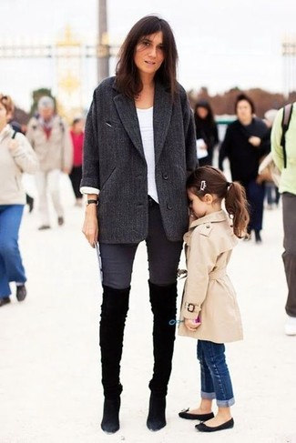 Dunkelgrauer Mantel, Weißes Langarmshirt, Dunkelgraue Enge Jeans, Schwarze Overknee Stiefel aus Wildleder für Damen